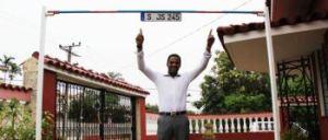 —En la entrada de su casa usted tiene una barra alzada exactamente a 2,45 metros...